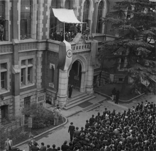 Prime Minister P.J. Nehru of India delivering a speech to Keio University students from the balcony of the Keio University Library (Old Building), following the conferring ceremony at Mita Enzetsu-kan.