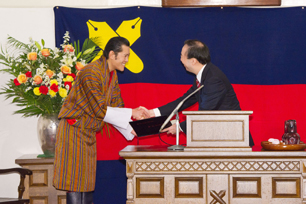 Prsident Seike presents the honorary doctorate to His Majesty Jigme Khesar, King of Bhutan.