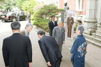 Their Majesties the Emperor and Empress arrive at Keio University