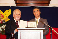 President Anzai confers the Honorary Degree of Doctor upon Dr. Gregorian