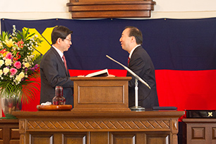 Presentation of the Diploma by President Seike
