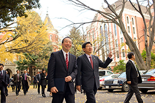 Prof. Jeong and President Seike on their way to the Public Speaking Hall