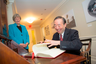 President Seike signing the guestbook with words of gratitude for the assistance received 125 years ago (Photo: Kris Snibbe)